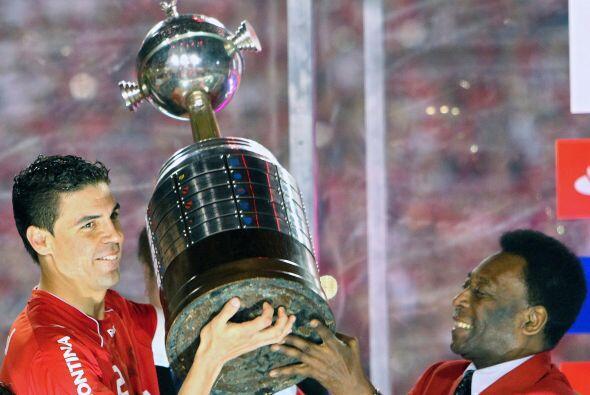 Pelé, que la ganó dos veces con el Santos, entregando la  Copa Libertado...