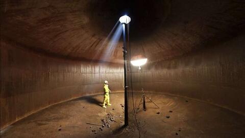 Un trabajador está parado dentro de una cisterna en el Distrito d...