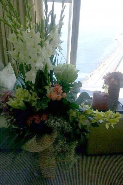 Flores y una bella vista desde la habitación de la novia.