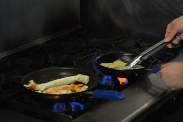 Para preparar el cangrejo, necesitas dejarlo marinar en mantequilla de a...