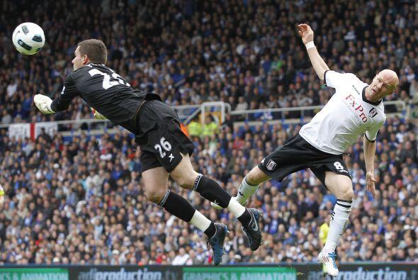 Ben Foster y Andrew Johnson chocan en el aire durante el duelo que Fulha...