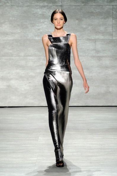 Para su exposición en NY, Ángel mostró vestidos de cuello redondo que ll...