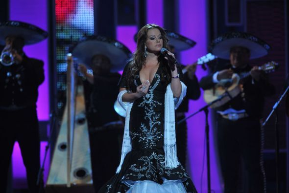 Acompañada del mariachi, Jenni interpretó el tema 'Sufriendo a Solas'.