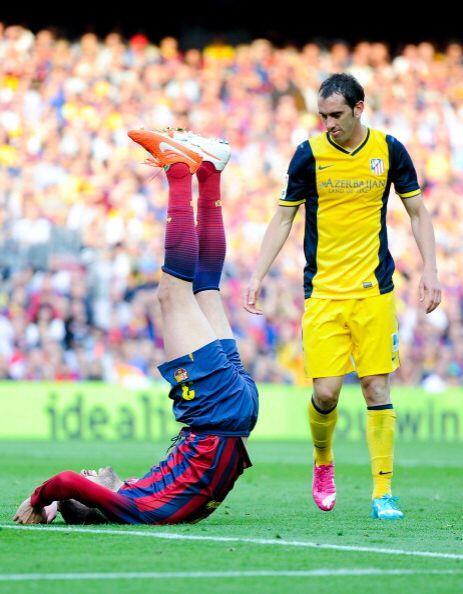 Piqué cayó al área en un intento de remate de cabeza y reclamó penalti.