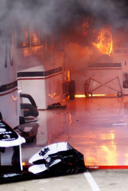 El fuego se propagó rápidamente por todo el 'box' de la escudería.