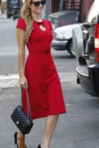 Aunque, su mejor prenda de las fiestas es su vestido corto rojo entallad...