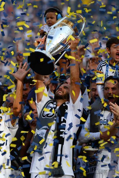 Después fue turno de Donovan de alzar por los aires el trofeo de...