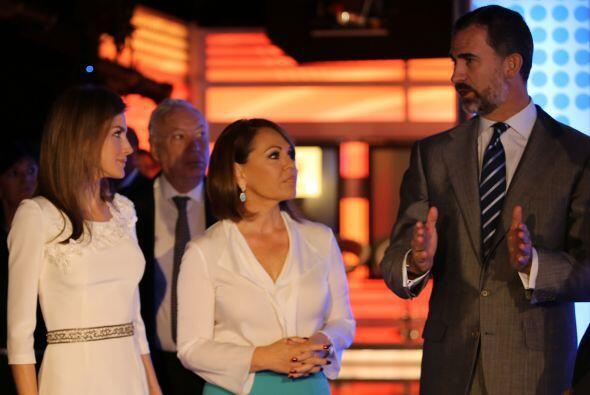 La princesa Letizia, Maria Elena Salinas y Felipe de Borbón conversan du...