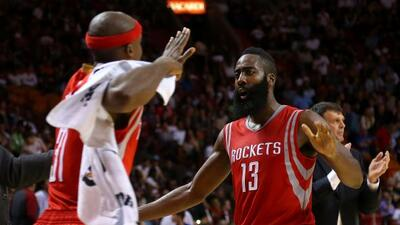 Los Rockets de Houston continúan invictos al vencer a los Spurs de San A...