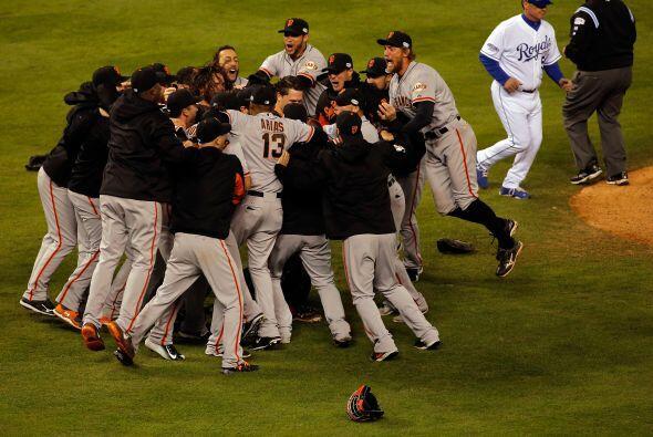 Los jugadores de San Francisco festejaron como Gigantes su tercera Serie...