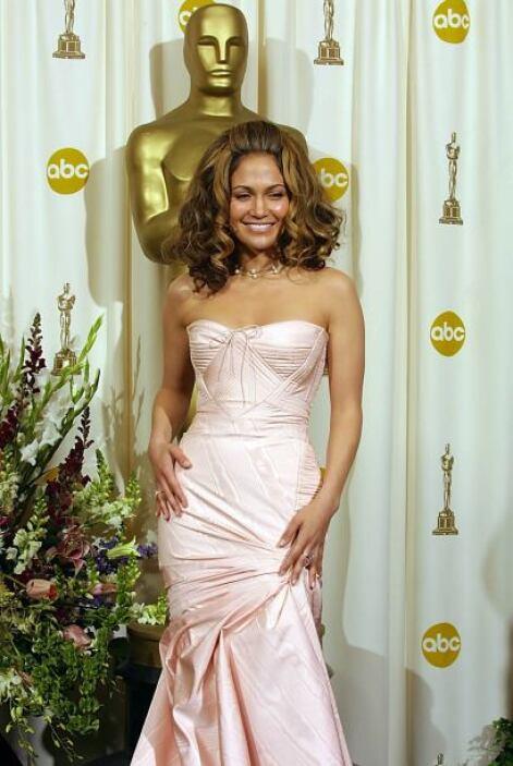 Jennifer Lopez luce muy guapa con su color natural de cabello.