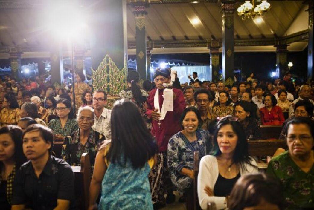 Cientos de indonesios acudieron a las iglesias a festejar la Navidad.