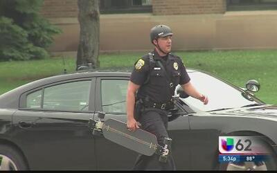 Salen en patinetas los policías de Green Bay