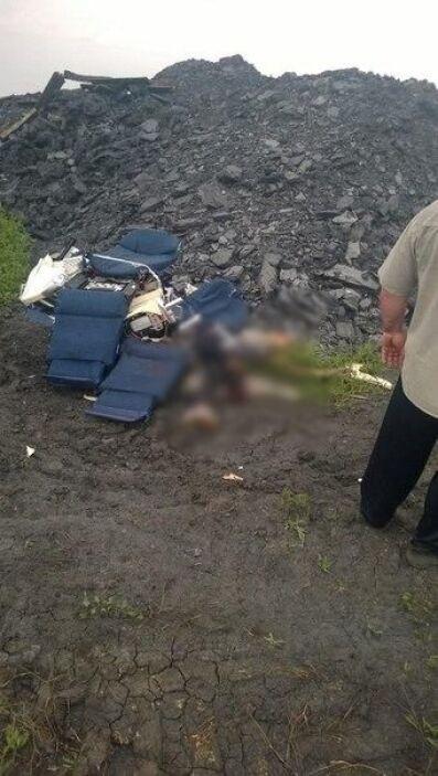 Decenas de cadáveres estaban esparcidos alrededor de los restos humeante...