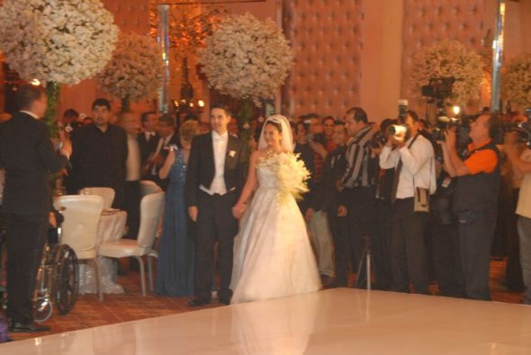 Los novios entraron al elegante salón  ya como esposos.