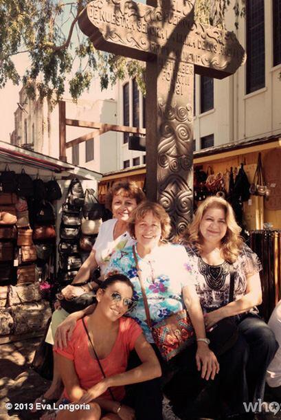 Disfrutando de su mamá y su familia paseando por Olvera Street. M...