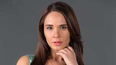 Adriana Louvier es María Dolores en Yo No Creo En Los Hombres