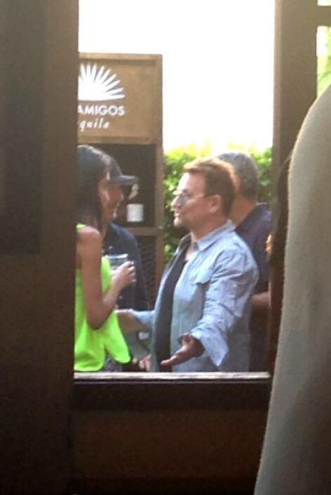 Vimos a Amal charlando con Bono.Más videos de Chismes aquí.