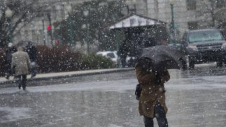 Una capa de lluvia congelada cubrió una parte del noreste de los EEUU, i...