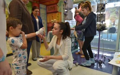 Sofia Carson en Miami Children's Hospital