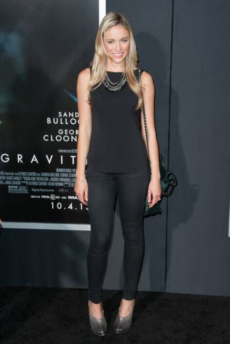 La actriz  Katrina Bowden prefirió usar pantalones para llegar a la prem...
