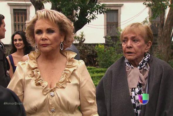 Rocío llega a la boda de su hijo, a pesar de no ser bien recibida.
