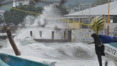 Huracán 'Carlos' ya es categoría 1 y ya se reportan daños