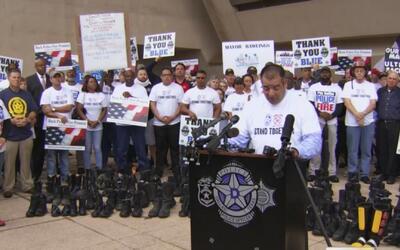 Policías y bomberos marchan en protesta contra el sistema de pensiones y...
