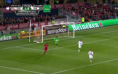 Uyy!! Jonathan Osorio dispara y para el portero