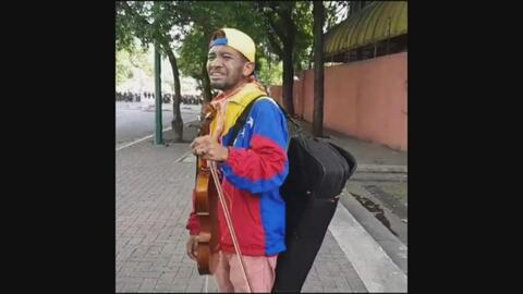 Video: El llanto del violinista venezolano que perdió su instrumento en...