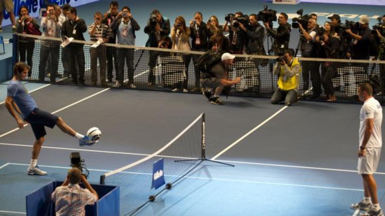 El tenista dos del mundo jugó con un balón de fútbol y una inmensa bola...