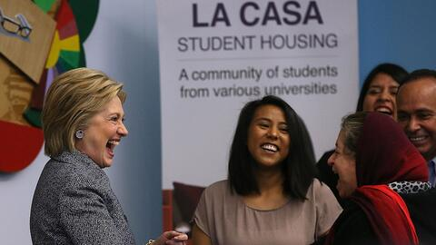 Hillary Clinton saluda a participantes de un taller de inmigració...