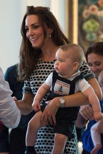 El que roba las miradas es el pequeño George, tercero en la línea a asum...