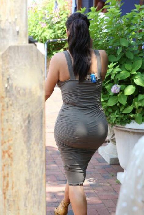 Perooo... esta vez su vestido era tan ajustado que se le notaban sus eno...