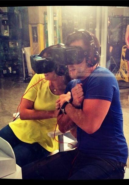 Junto a Carlos McConnie se divirtió como niña en el simulador de Into th...