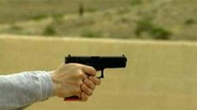 Demostracion del departamento de policia disparando un arma