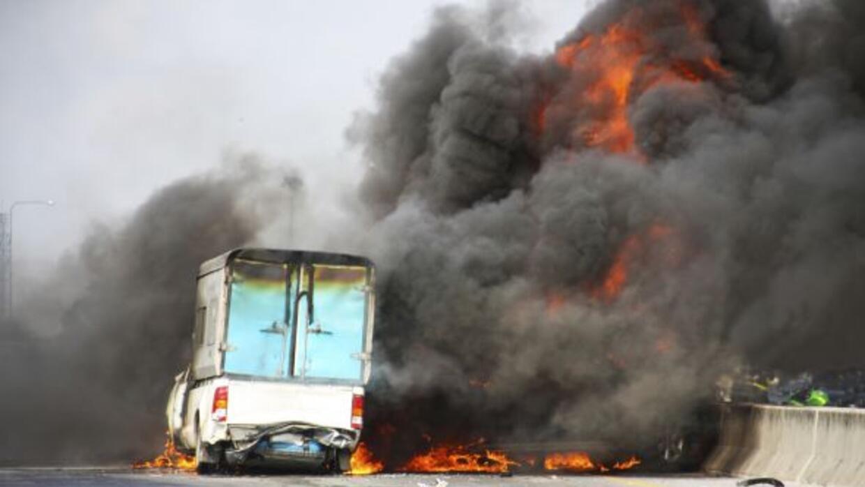 Un choque entre cuatro vehículos en la Highway 83 causó una explosión y...