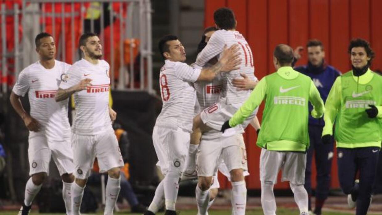 Kovasic es felicitado luego de marcar el primer gol interista.