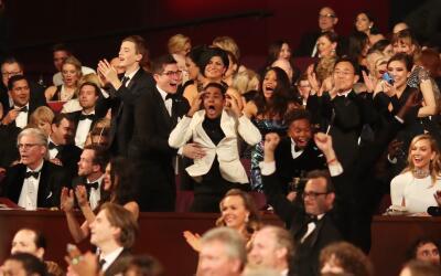El actor Jharrel Jerome, con chaqueta blanca, sorprendido cuando se anun...