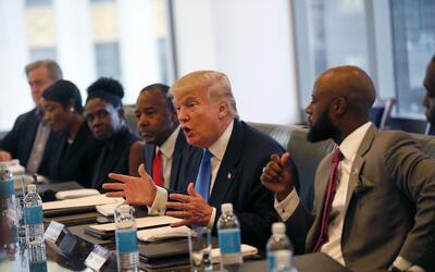 Trump durante la reunión con hispanos y afroamericanos. A su dere...