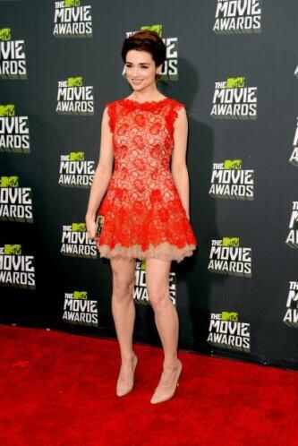 ¡Pero qué buena pierna se le ve a Crystal Reed! es lo único que vale la...