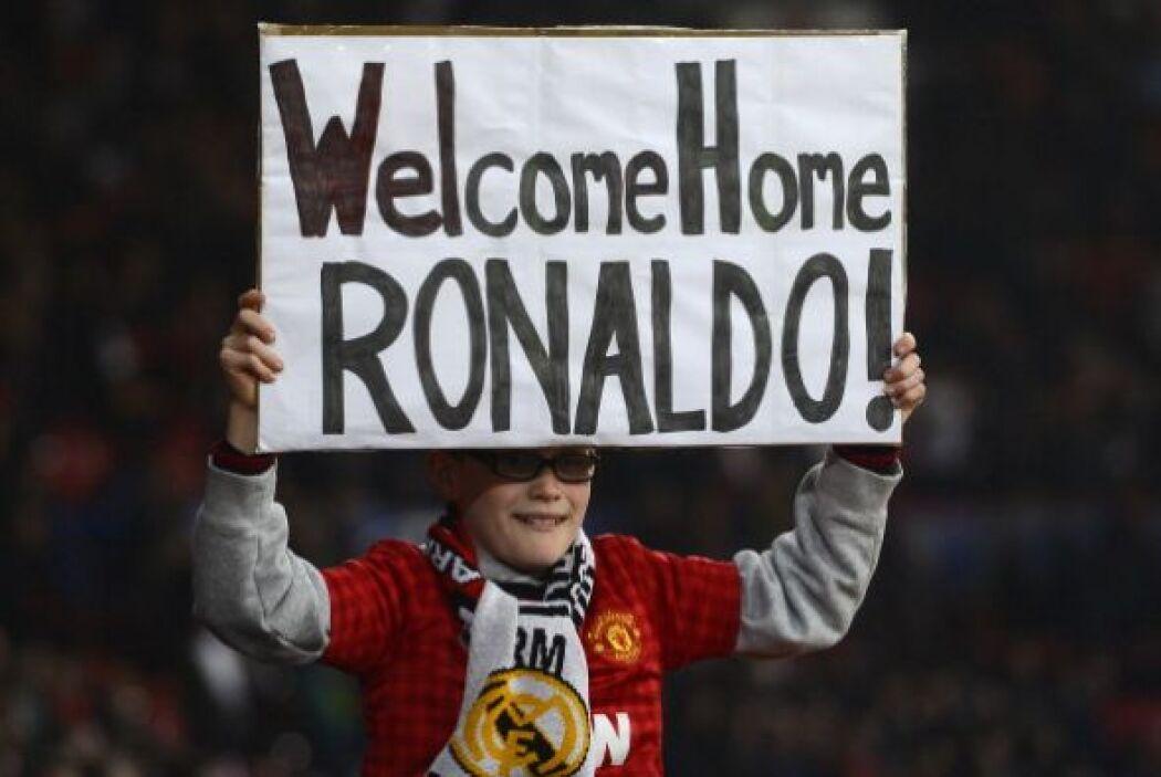 La afición del Manchester United le dio una calurosa bienvenida a Cristi...