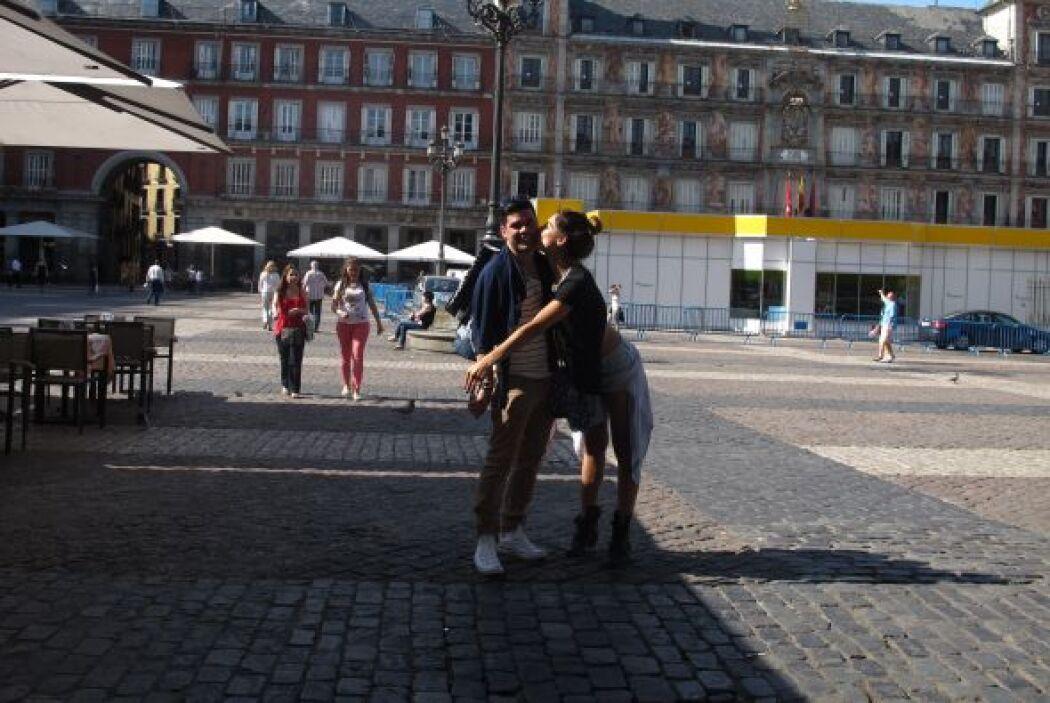 En más de una fotografía los vimos dándose tiernos besos y abrazos.
