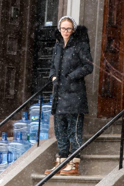 Con sólo una pijama y botas de nieve, la actriz se aventuró a salir.