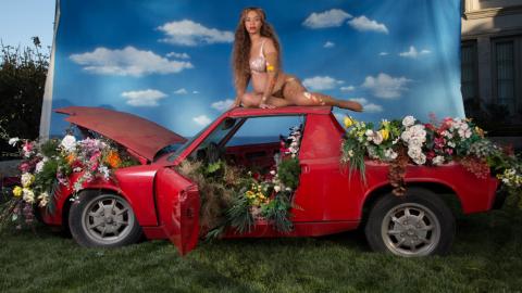 Beyoncé posa en el techo de un Porsche 914