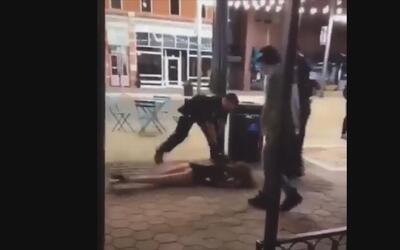 En video: un policía en Colorado azota contra el piso a una mujer para a...