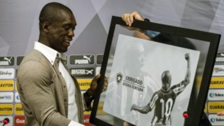 Seedorf recibe un retarto de agradecimiento del Botafogo luego de anunci...