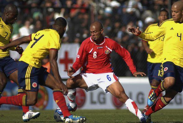 Heiner Mora siempre bien vigilado por jugadores colombianos.