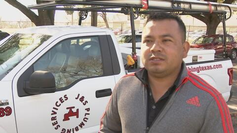 Un hombre que en su natal México dejó de cultivar el campo para buscar e...