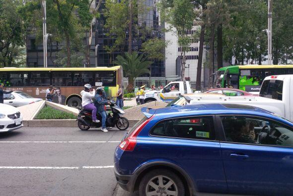 Otros automovilistas que no protestaban, tocaban el claxon al pasar por...